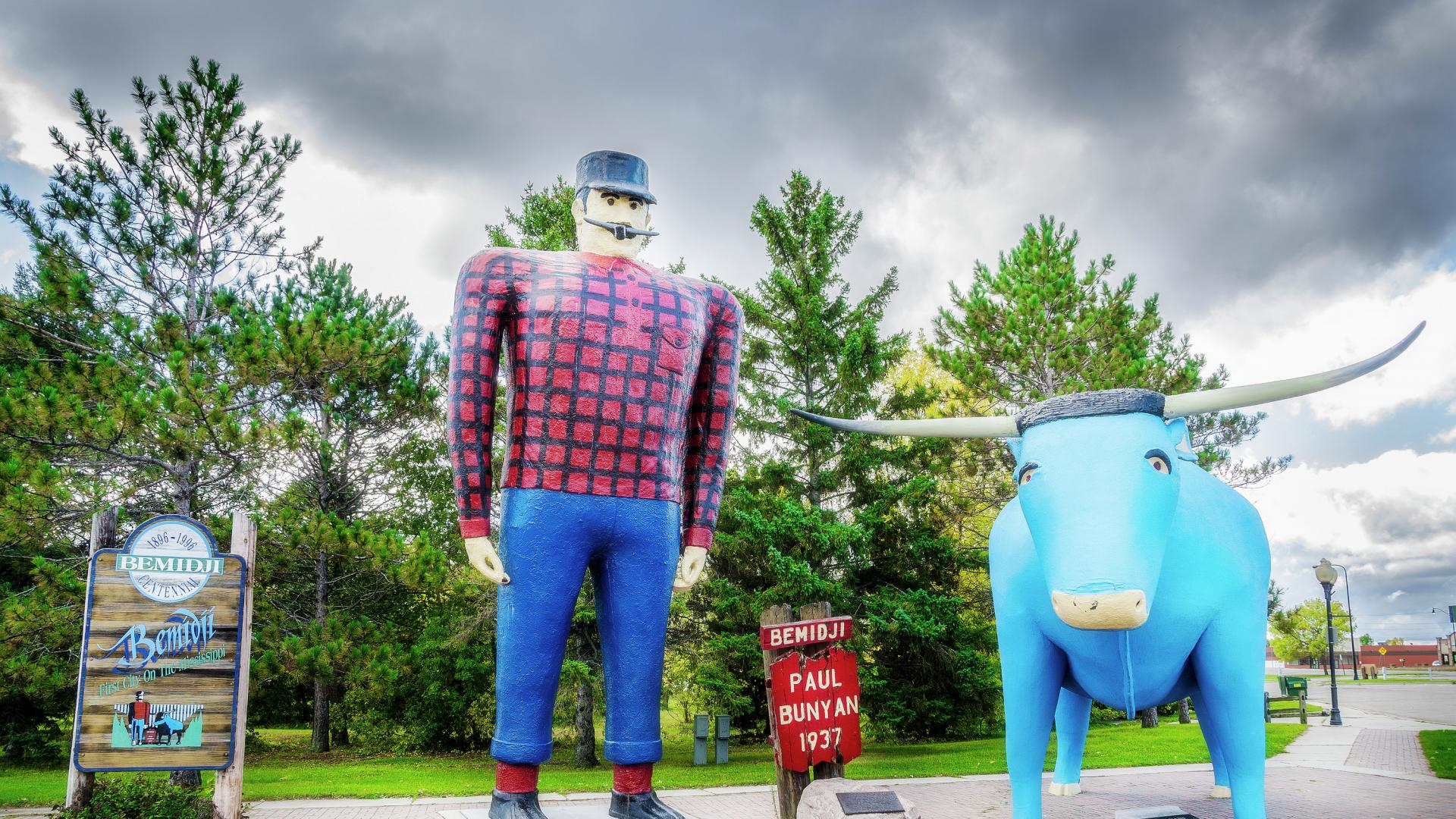 Paul Bunyan and Babe the Blue Ox statues in Bemidji