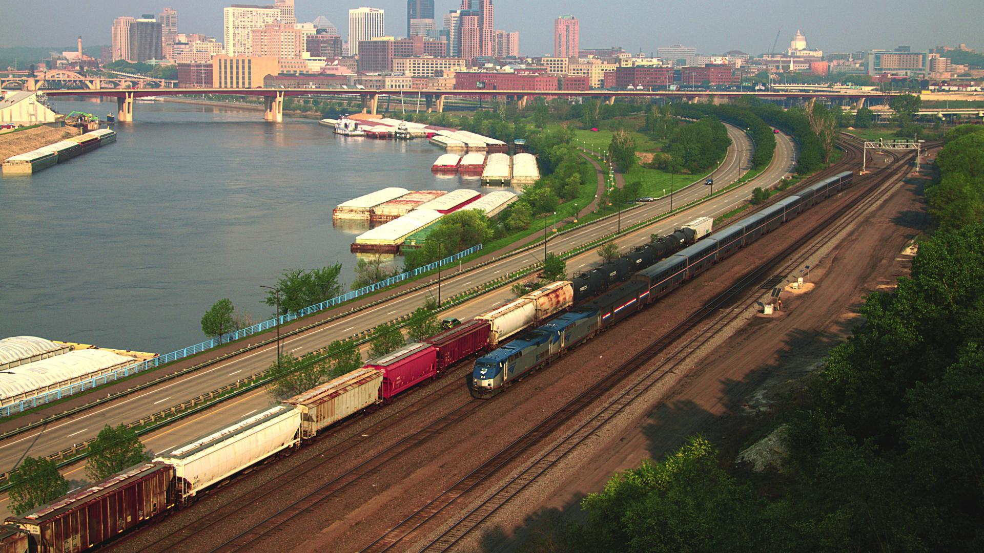 Amtrak Empire Builder leaving St. Paul