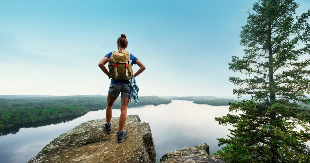 grand marais honeymoon bluff woman hiking roy son - Olahraga Menyenangkan yang Nggak Bikin Capek