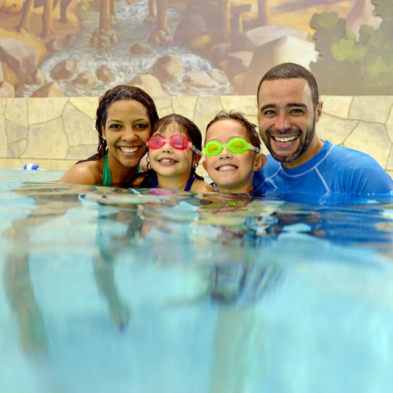 Family swimming Great Wolf Lodge Bloomington